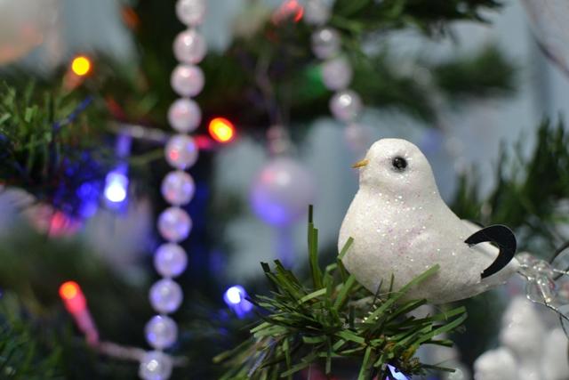 Christmas, Christmas tree, bird in a tree, рождество, рождественская елка, новогодняя елка, белые украшения, white Christmas decorations